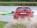 Vidéo : la Peugeot 308 GTi affronte un F2 GP Powerboat