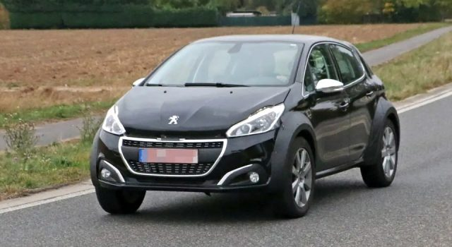 Photos : un mulet de la future Peugeot 1008 surpris en cours d'essais !
