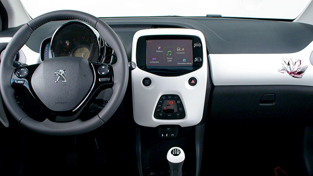 Design int rieur peugeot 108 vid o officielle vid os for Interieur peugeot 108
