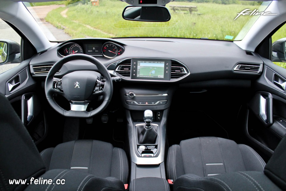 Photo int rieur peugeot 308 ii allure gris moka 1 2 e for Interieur 3008 allure