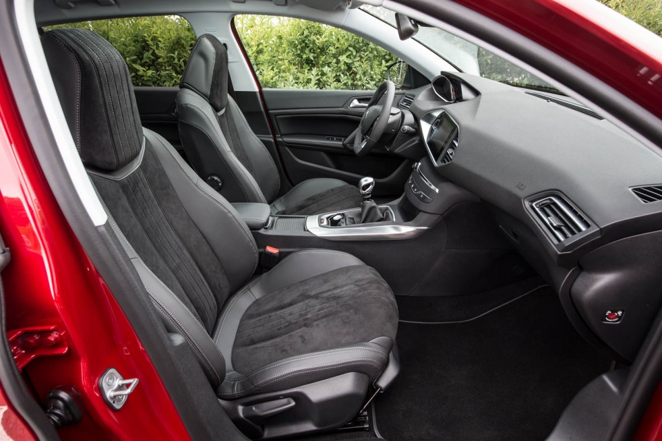 Photo int rieur mi cuir alcantara peugeot 308 ii f line for Interieur 308